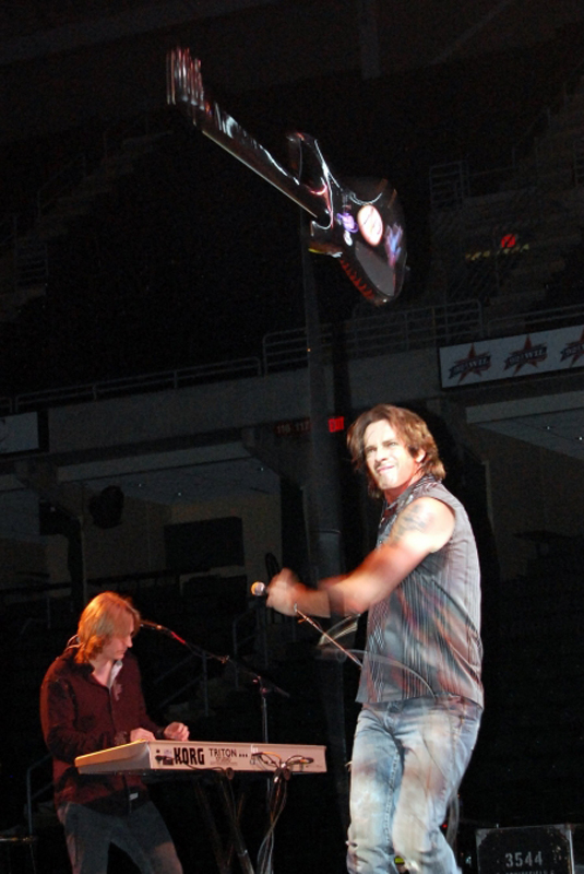 出典:http://www.rickspringfield.us/library/images/concert/throw.html