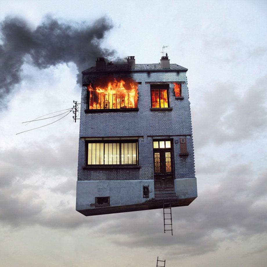 出典:http://www.slate.com/blogs/behold/2013/02/05/laurent_chehere_flying_houses_creates_fantastical_stories_of_parisian_structures.html