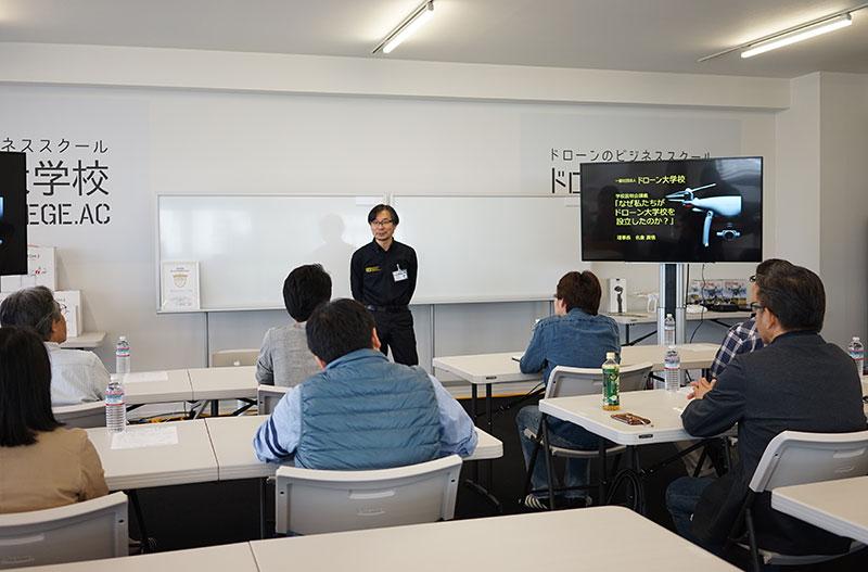 東京キャンパスで入校者へオリエンテーションを行う理事長の名倉真悟氏